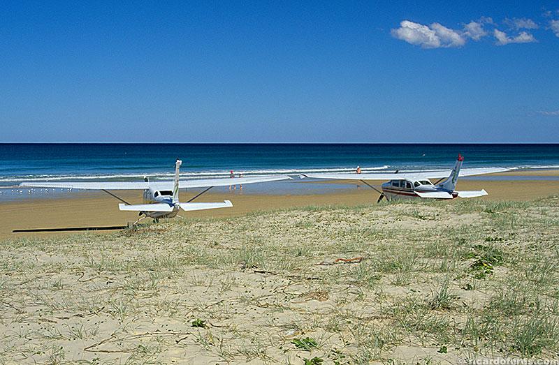 A praia de areia dura serve como pista de pouso.