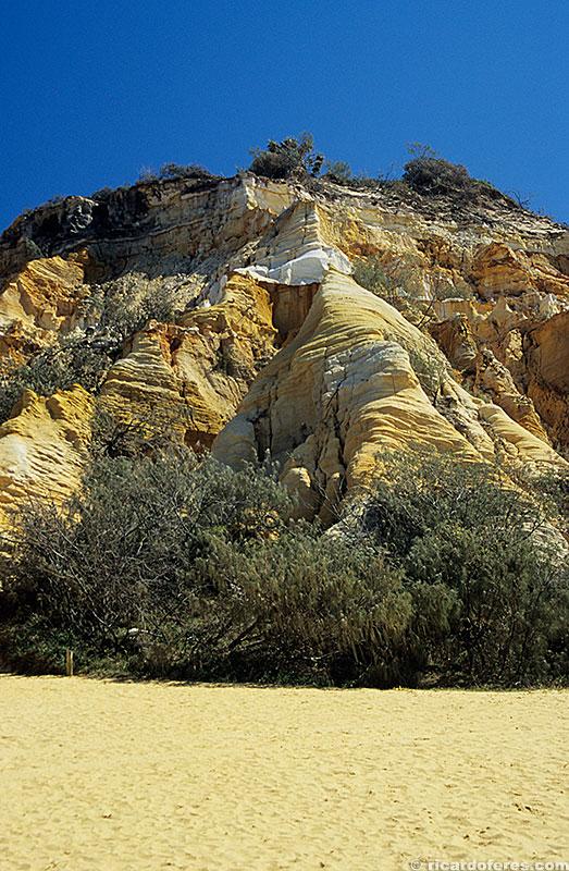 Em The Pinnacles é possível ver os diferentes tons de areia revelados pela erosão.