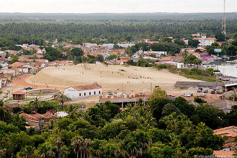 A duna no centro de Barreirinhas serve como área de lazer da cidade