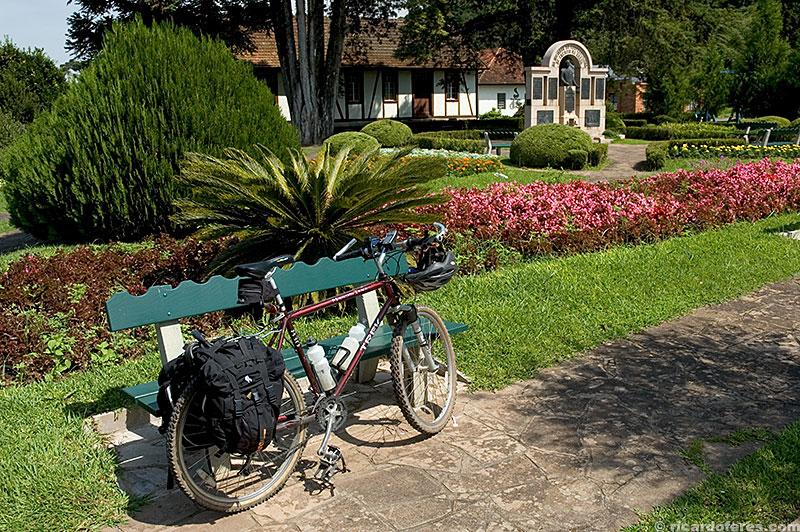 Bicicleta carregada para a viagem na praça Theodoro Amstad