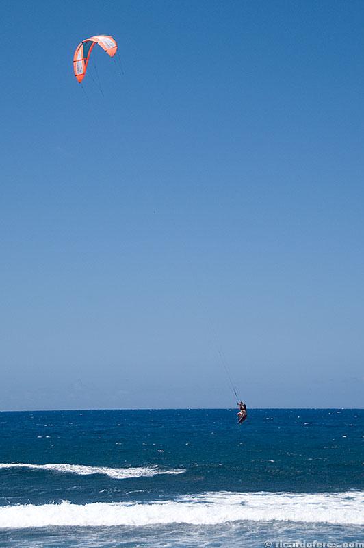 Os fortes e constantes ventos atraem kitesurfistas