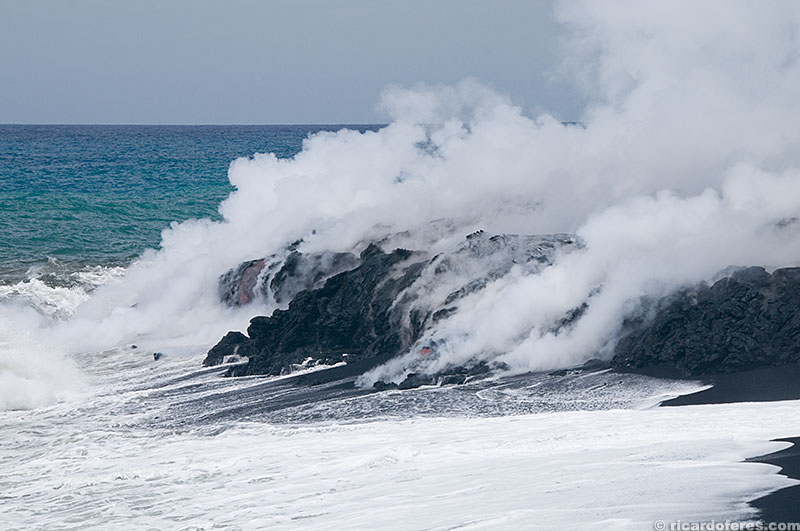 Lava chegando no mar, se solidificando e aumentando o tamanho da ilha