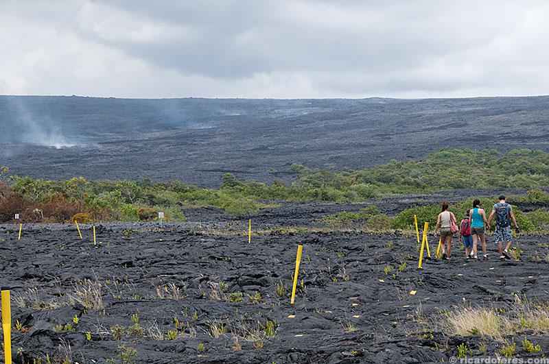 O rastro de fumaça na encosta do vulcão mostra por onde a lava está fluindo