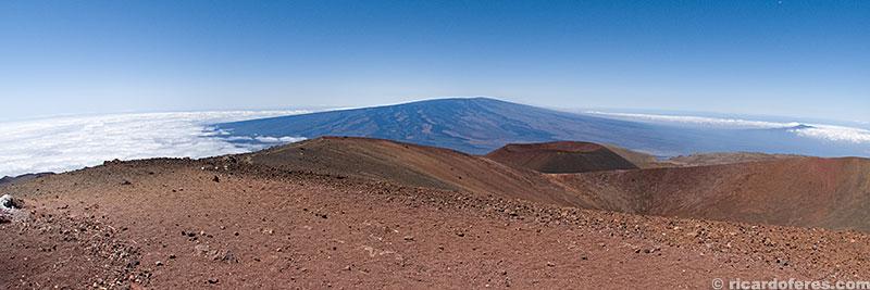 Mauna Loa, segundo vulcão mais alto da ilha, com 4.169 metros, visto a partir do Mauna Kea