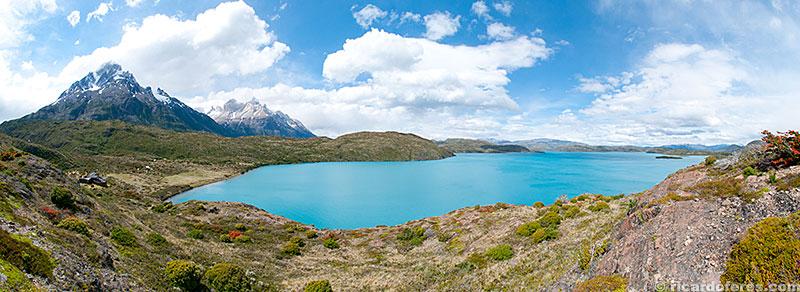 Lago Pehoé, Paine Grande (à esquerda) e Cuernos del Paine (à direita do Paine Grande. Entre as duas montanhas fica o Valle del Francés.