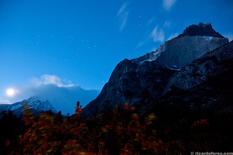 Paine Grande e Cuernos del Paine iluminados pela lua