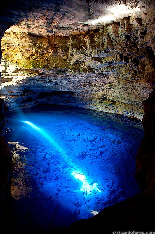 Poço Encantado, Chapada Diamantina, Bahia. A profundidade do lago é de 60 metros e a altura sobre a linha da água é de 40 metros.