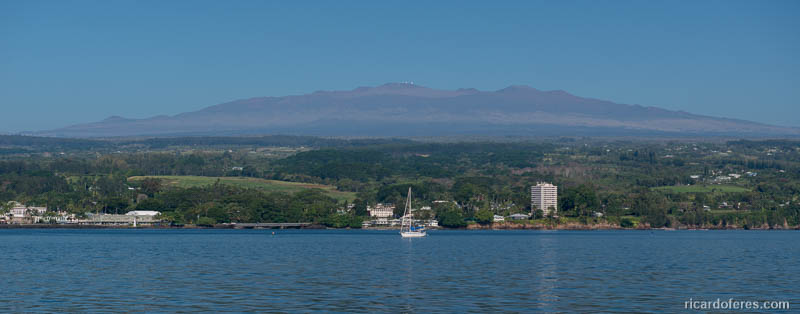 Hilo e o vulcão Mauna Kea, com 4.207 metros sobre o nível do mar