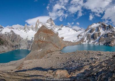 Laguna Sucia (esquerda), Laguna de los Tres (direita) e o maciço do Fitz Roy. Parque Nacional Los Glaciares, El Chaltén, Argentina. Foto com 61 cm x 31 cm.
