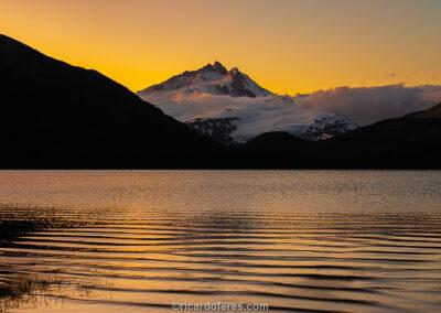 Monte Tronador (3.478 m) e Laguna Ilón no pôr do sol, Parque Nacional Nahuel Huapi, Bariloche, Argentina. Foto com 28 cm x 14 cm.