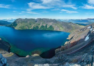 Laguna Azul e vulcão Villarrica, Parque Nacional Villarrica, Chile. Foto com 61 cm x 31 cm.