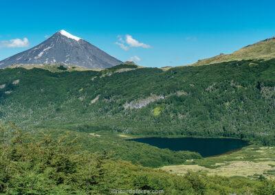 Vulcão Lanín (2.847 m) e Laguna Las Avutardas, Parque Nacional Villarrica, Chile. Foto com 28 cm x 19 cm.
