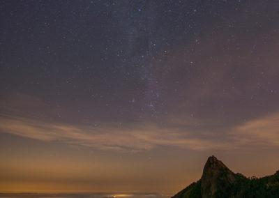 Estrela cadente, represa e Pedra do Cume vista a partir da Pedra das Flores