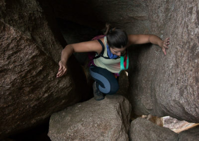 Passagem por baixo de pedras indo para a Asa de Hermes
