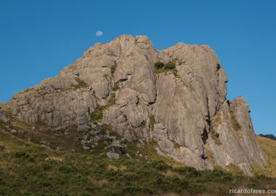 Pedra do Altar and moon